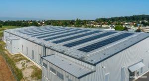 Electricidad generada por energía solar: la instalación fotovoltaica de la casa matriz de KNAPP en Hart bei Graz produce la energía suficiente para cubrir la carga base de la sede, donde también se ubica el centro de producción más grande del grupo KNAPP.