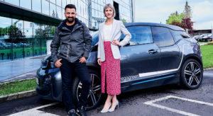 Sostenibilidad real: Murat und Lydia están muy satisfechos con la iniciativa KNAPP goes green y aprovechan la diversidad de la oferta que comprende desde vehículos eléctricos hasta tarjetas de transporte público gratuitas.