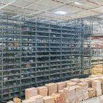 La mercancía para el suministro a clientes finales se consolida y almacena temporalmente en el OSR Shuttle™. El OSR Shuttle™ almacena la mercancía en la secuencia correcta para el embalaje.