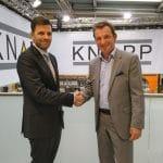 Dr. Steffen Vondran, CEO der Diesel Technic AG und Heimo Robosch, Executive Vice President der KNAPP AG, besiegelten den Vertrag auf der CeMAT in Hannover.