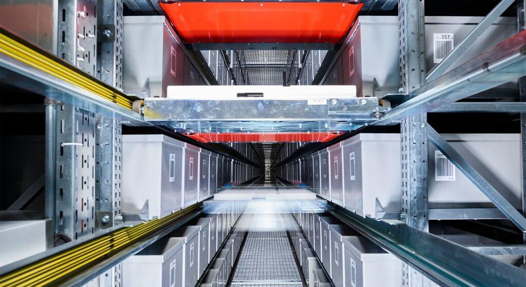 Vista de un sistema de líneas de estanterías en Herba, Viena. El OSR Shuttle™ se encarga de la reposición de mercancía justo a tiempo para automáticos de banda central.