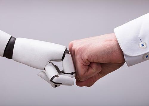 Roboter und Mensch arbeiten Hand in Hand.