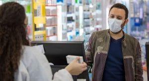 Apothekenkunde mit Maske