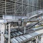 """La solución dispone de un elevado grado de automatización y consta, además del sistema de almacenamiento automático OSR Shuttle™, de puestos de trabajo ergonómicos """"mercancía a la persona"""" de la serie Pick-it-Easy."""