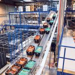 The high-performance Streamline conveyor system conveys the containers throughout the entire warehouse.