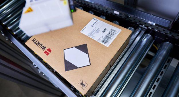 Vollautomatische Faltmaschinen reduzieren die Kartons in ihrer Höhe.