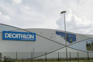 Im Bild sieht man den DECATHLON Standort in Schwetzingen, in dem eine intelligente Taschensystemlösung von Dürkopp Fördertechnik installiert ist.