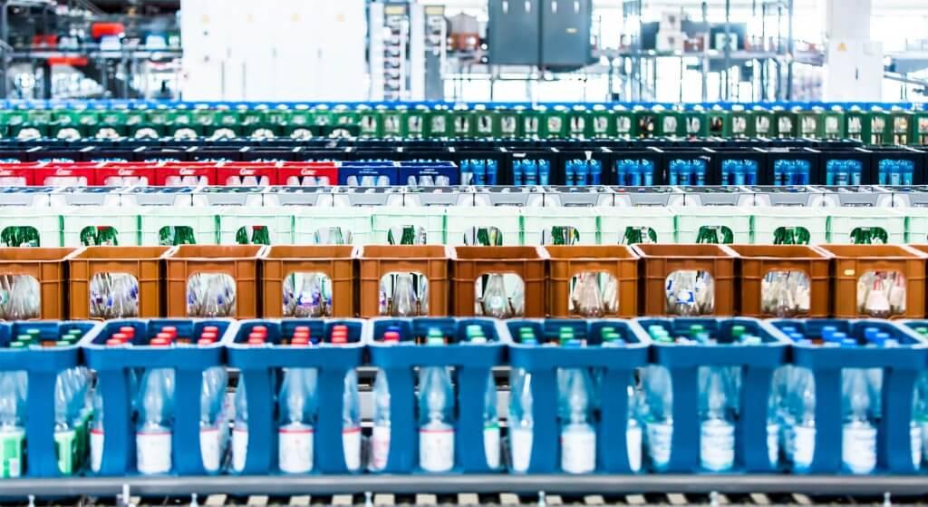 Blick auf bunte Leergutpaletten hintereinander in einem Logistiklager