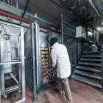 Die Gebindestapel aus dem externen Wareneingang werden manuell an die automatische Entstapelung übergeben.