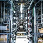 Los artículos de la entrada de mercancía externa e interna se almacenan temporalmente en el OSR Shuttle™ hasta su expedición. 2 sistemas de lanzaderas ofrecen en total unos 14.000 emplazamientos.