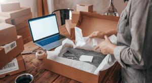 Die Kundin packt die Ware wieder in die Verpackung, füllt online den Retourenschein aus und sendet das Paket problemlos wieder in das Fashion Logistik Zentrum zurück.