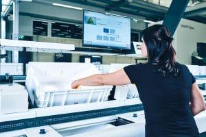 An den Ware-zur-Person-Arbeitsplätzen können Mitarbeiter ergonomisch und effizient arbeiten.