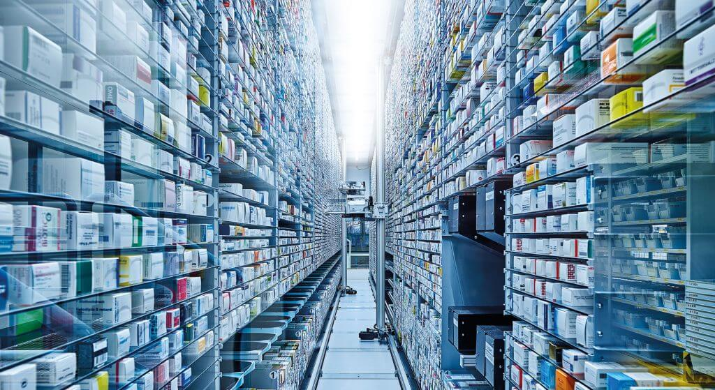 Vista de un pasillo en el KNAPP-Store, un automático de almacenamiento y preparación inteligente e innovador para la preparación de artículos individuales. El robot de almacén del KNAPP-Store almacena y desalmacena medicamentos. El automático de preparación KNAPP-Store es especialmente adecuado para el comercio al por mayor de productos farmacéuticos.