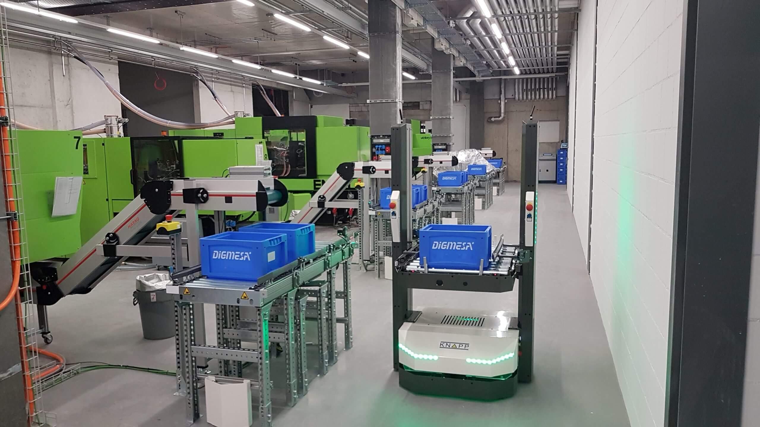 Le véhicule autoguidé (AGV) de KNAPP fournit des machines de moulage par injection de Digmesa.