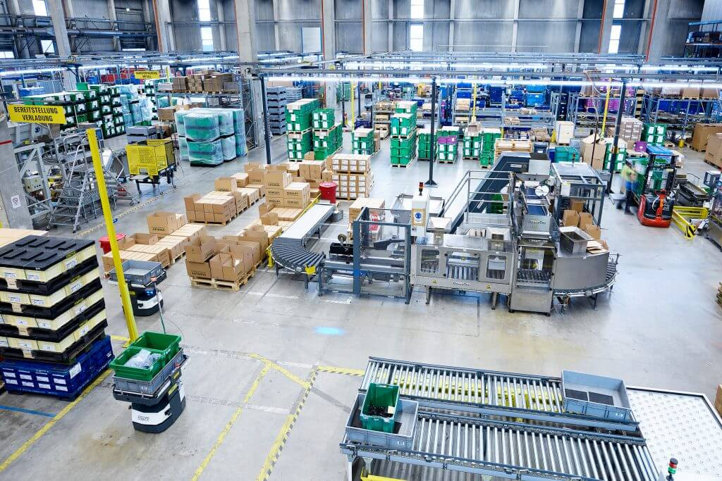 El sistema de transporte autoguiado de KNAPP en Tucker abastece a puestos de trabajo descentralizados de material del almacén de piezas pequeñas.