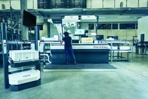 Intelligente Automatisierung in der Logistik: Die Kombination von automatischen Lagersystem und autonomen mobilen Shuttles entsteht Flexibilität in den Lagerprozesse.