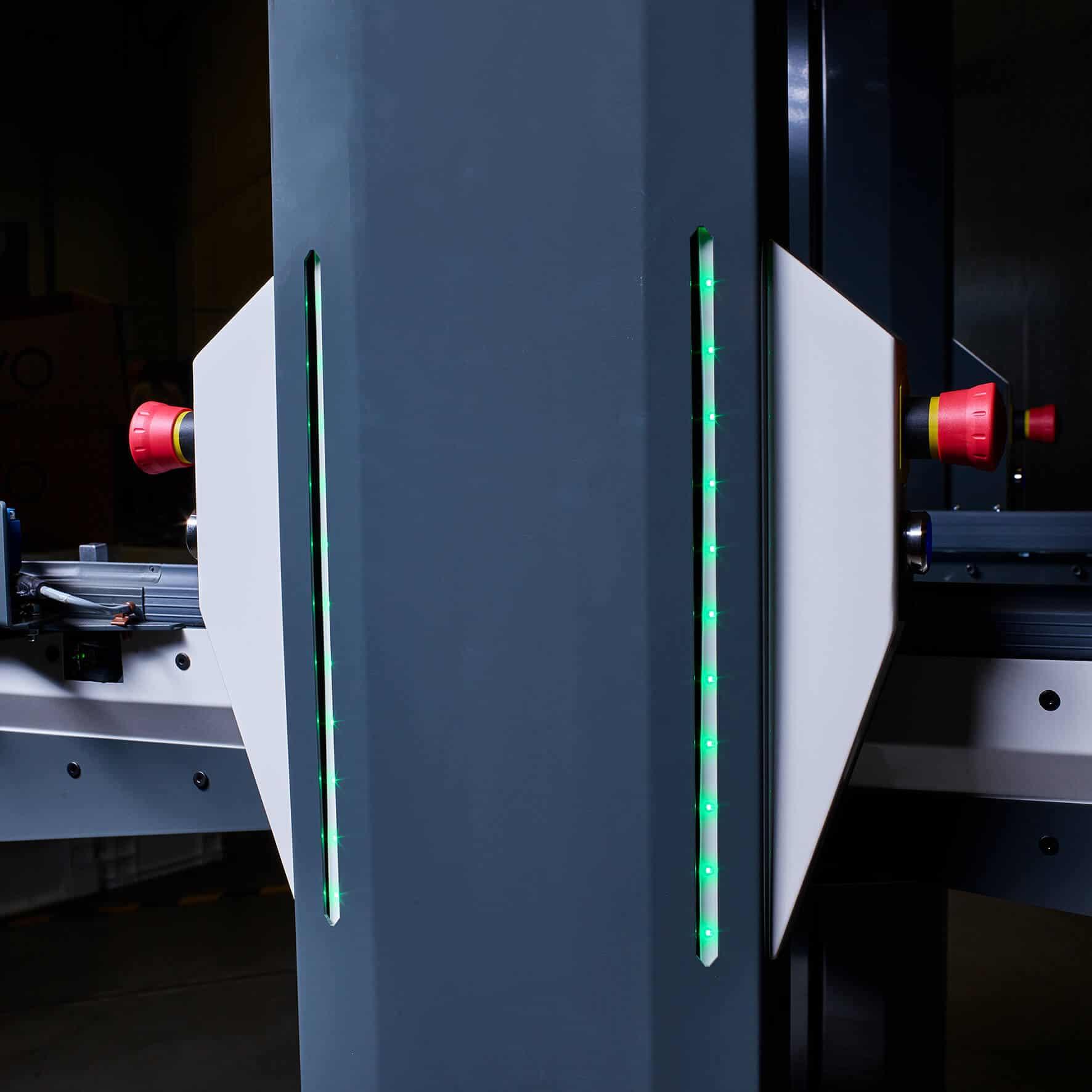 El sistema de transporte autoguiado de KNAPP está equipado con indicadores LED en los soportes de la unidad de elevación.