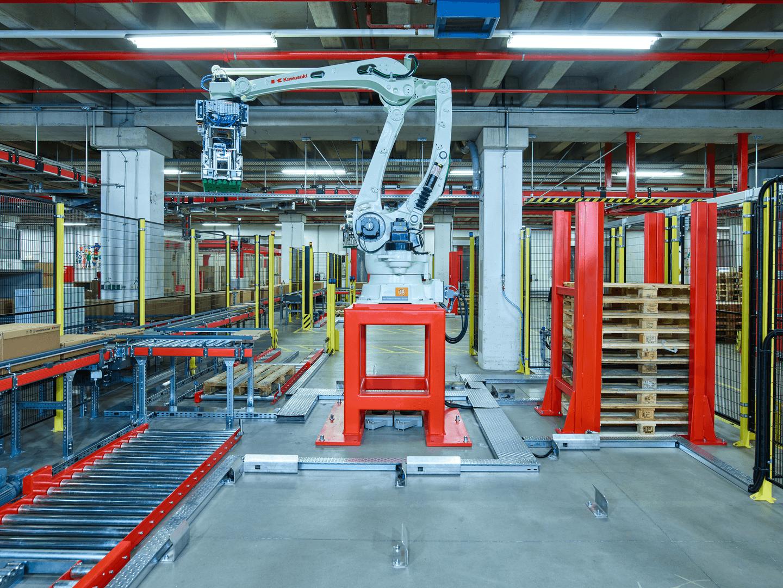 Automatisierung auf höchstem Niveau. Roboter übernehmen bei Würth Austria die vollautomatische Palettierung der Ladungsträger.