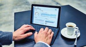 KiSoft hilft bei der Digitalisierung und Automatisierung in der Logistik: Ein Logistikleiter überprüft Logistikdaten auf Dashboards am Laptop