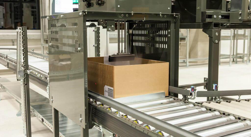 Ein Papierhandhabungssystem in Aktion. Papierhandhabungssysteme sind eine flexible Ergänzung zur Lagertechnik in einem modernen intralogistischen System und steigern die Produktivität durch die Automatisierung von zeitraubenden und monotonen Tätigkeiten. Sie übernehmen Aufgaben wie das Zwischenspeichern von Belegen (Paperhandler, Paperbuffer), die Beigabe von Rechnungen, Lieferscheinen und Picklisten, die Adressierung von Behältern inkl. Behälterdeckelung oder das Applizieren von Etiketten.