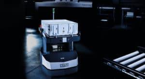 Open Shuttles sind autonome mobile Roboter (AMR) und lassen sich für verschiedene Prozesse in Logistik und Produktion einsetzen. Die autonomen mobilen Roboter (AMR) übernehmen verschiedene Transporte im Lager.