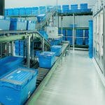 Die Behälter erhalten automatisch alle Rechnungsdokumente. Vor dem Versand werden die Behälter automatisch gedeckelt und geschnürt.