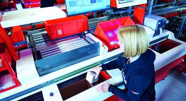 Die Mitarbeiter stellen an sechs ergonomischen Pick-it-Easy Evo-Arbeitsplätzen die Kundenaufträge zusammen und profitieren von einem angenehmen Arbeitsumfeld.