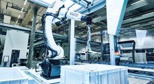 Robotik ist ein Trend zur Digitalisierung und Automatisierung in der Logistik. Blick auf den Kommissionierroboter Pick-it-Easy Robot, der gerade ein Hemd aus einem weißen Behälter entnimmt.