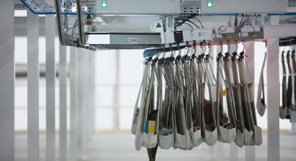 Mehrere Sortertaschen in einem Taschensortersystem beim Kunden REI in den USA. Taschensorter eignen sich für unterschiedliche Prozesse in der Distribution. Vor allem im Fashion Fulfillment und im E-Com Fulfillment sind Lösungen mit Sortertaschen sehr nützlich.