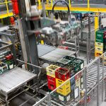 A high-performance robot depalletizes the empties pallets.