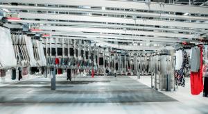 Automatisierung in der Logistik: Seitenansicht auf ein Taschensortersystem von Dürkopp Fördetechnik. Mehrere Sortertaschen mit Waren werden mit einer Hängefördertechnik transportiert. Pocket Sorter eignen sich ideal für das Fulfillment im Fashion-Bereich