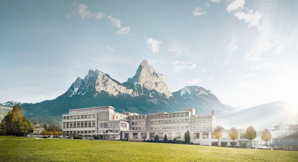 Der Zentralsitz von Victorinox in Ibach-Schwyz vor einer Bergkette. Auch das neue Distributionszentrum mit Automatisierungstechnologie von KNAPP befindet sich hier.