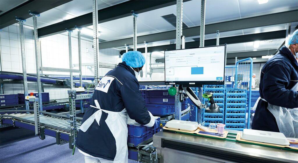 Se ve el centro de aprovisionamiento sanitario del cliente alemán ProServ. Diariamente se envían 6.000 bandejas directamente desde el centro de aprovisionamiento sanitario KNAPP. En el centro de aprovisionamiento sanitario también pueden ponerse a disposición instrumentos quirúrgicos.