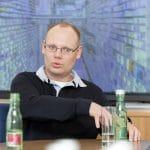 Henning Fichter, Prokurist der Bad Apotheke sitzt an einem Tisch