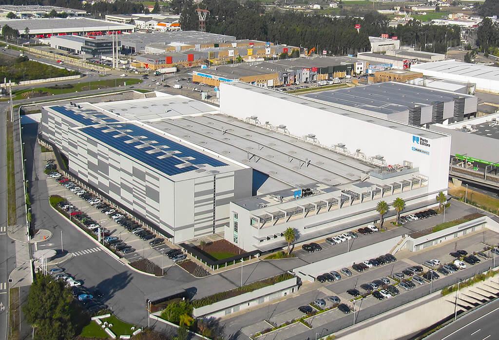Blick von oben auf Porto Editora, das Logistikzentrum des größten Verlagshauses in Portugal